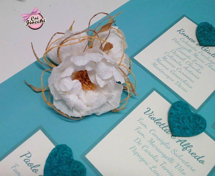 cuori e peonie in filo di carta applicate a un tableau mariage a tema amore