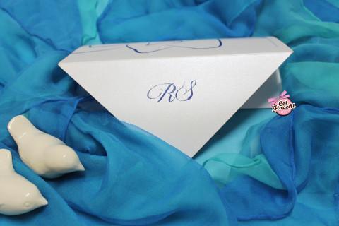 partecipazione di nozze in carta perlata e iniziali sposi in termorilievo Coi Fiocchi wedding design