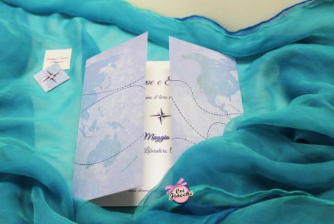 partecipazione tema viaggio-rosa-dei-venti-e-cartina-geografica-Coi Fiocchi wedding design