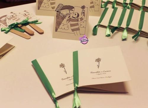 libretti messa ventagli e cavallotti segnatavolo con sposi stilizzati e nastro verde