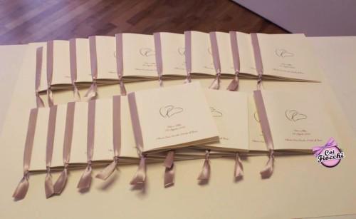 libretti messa per il matrimonio con nastro laterale color tortora e cuori in copertina