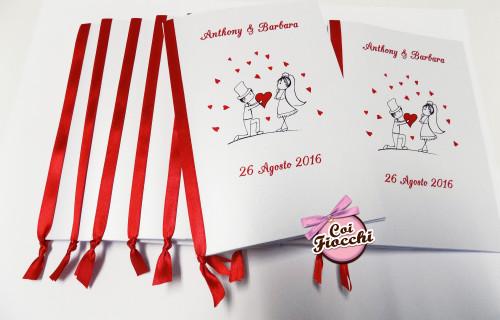 libretti messa con disegno di sposi stilizzati e nastro di raso rosso e tanti cuoricini
