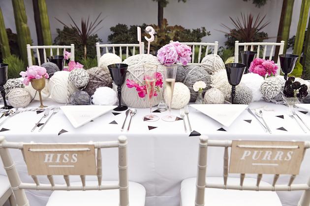 matrimonio-col-gatto-quando-le-nozze-si-fanno-graffiantiaddobbi-tavoli-nozze-gomitoli-Josh-Madson-Photography-