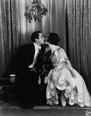 il-bacio-sotto-il-vischio-tradizioni-coi-fiocchi-speciale-natale-foto-novecento