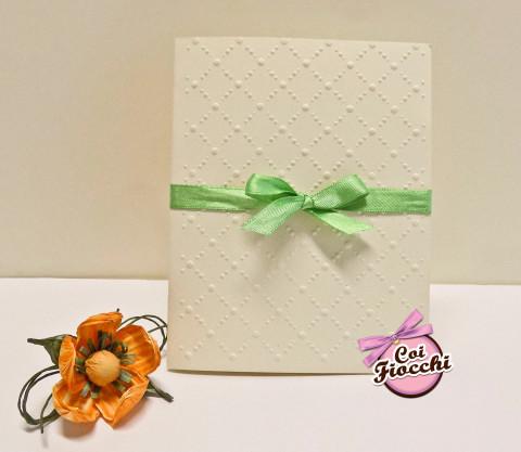 partecipazione di nozze elegante con motivo geometrico embossato e raso verde con fiocco