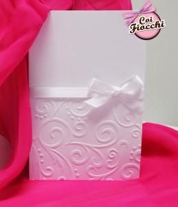 Partecipazioni di nozze elegante e classica con embossing total white