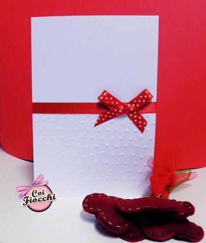 partecipazione di matrimonio elegante con pois embossati sulla carta e raso rosso centrale con fiocco a pois