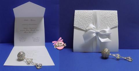 partecipazione di nozze total white a foglio unico con chiusura a punta e fiocco di raso