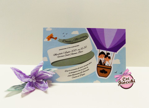 partecipazioni-di-matrimonio-a-tema-viaggio-coi-fiocchi-mongolfiera con sposini stilizzati