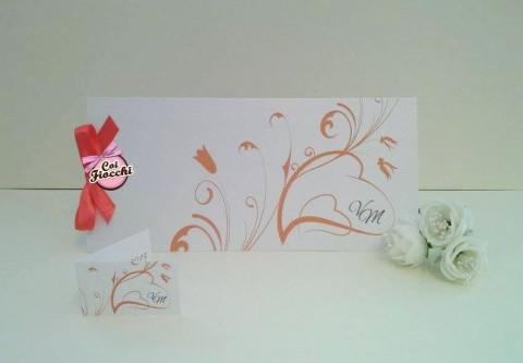 partecipazioni-di-nozze-con-iniziali-degli-sposi-arancione-su-carta-perlata