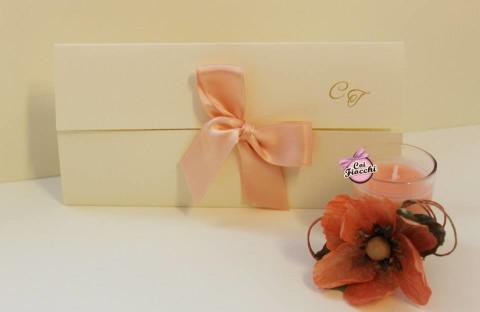 partecipazioni-di-nozze-con-iniziali-degli-sposi-nastro-rosa-pesco