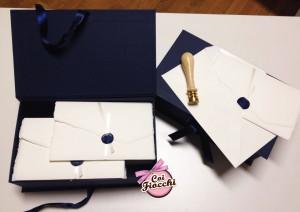 partecipazioni-di-nozze-con-iniziali-degli-sposi-carta-amalfi-ceralacca