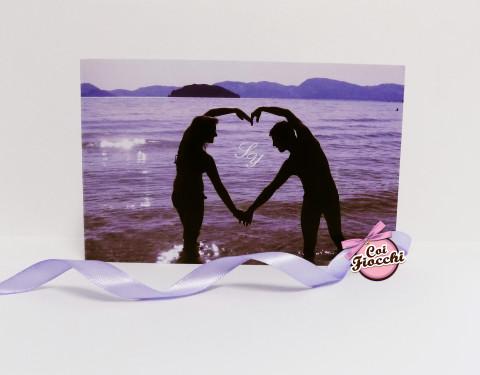 Partecipazione di nozze con foto romantica degli sposi sulla spiaggia sui toni del glicine