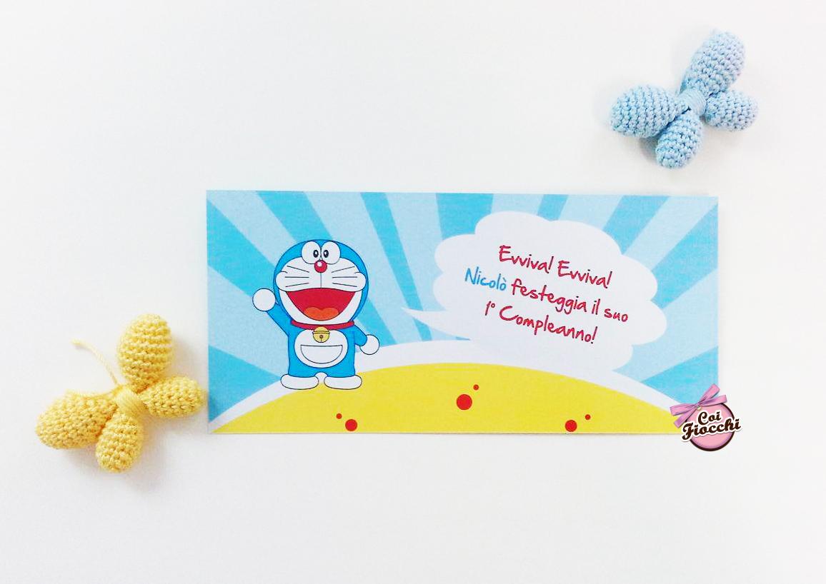 inviti-primo-compleanno-personalizzati-doraemon-coi-fiocchi-studio-grafico