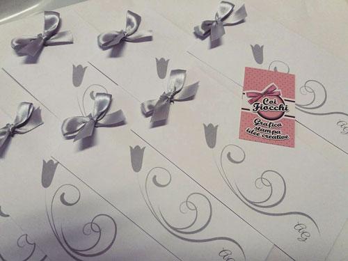 Inviti per le nozze d'argento, formato segnalibro con fiocchetto argentato e fiore