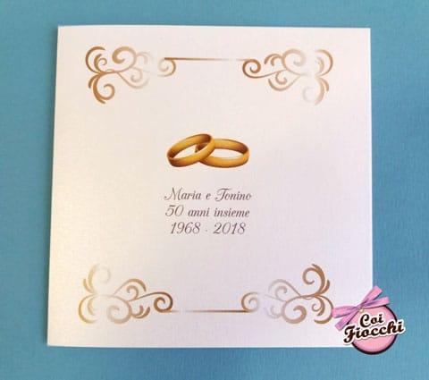 invito-50-anni-matrimonio50 anni insieme. Invito classico con dettagli dorati e le fedine.