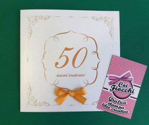 invito nozze d-oro elegante con ghirigori numero 50 e ficco di raso dorato