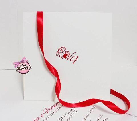 partecipazioni-di-nozze-con-iniziali-degli-sposi-decoro-floreale-rosso-su-avorio
