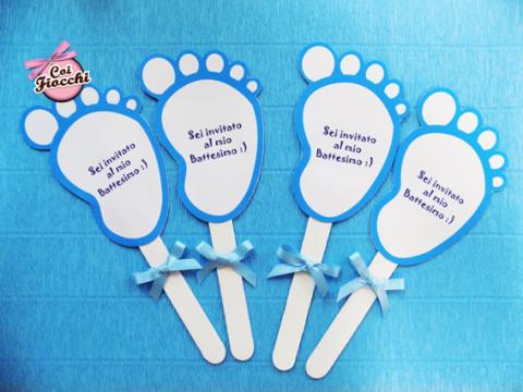 Inviti di battesimo a forma di piedini con fiocchetto