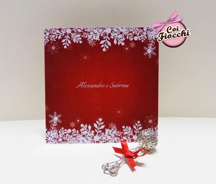 partecipazioni di nozze natalizie per chi si sposa a Dicembre-cristalli di neve-sfondo rosso