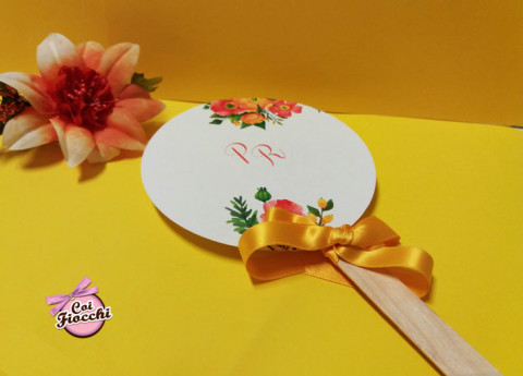 Ventaglio per gli invitati del matrimonio fatto a mano in legno e cartoncino in stile boho chic con fiocco in raso giallo