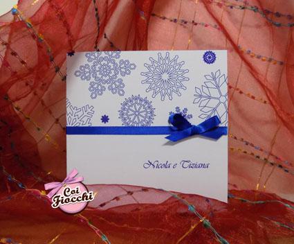 partecipazioni di nozze natalizie per chi si sposa a Dicembre-cristalli di neve blu