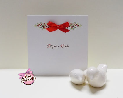 partecipazione di nozze natalizia per chi si sposa a Dicembre in formato quadrato con vischio stampato e fiocchetto rosso di vero raso