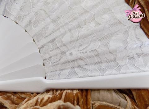 Particolare del pizzo del ventaglio per la sposa in legno bianco e pizzo
