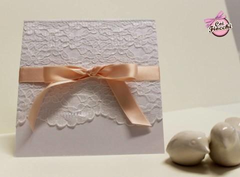 partecipazione-di-matrimonio-pizzo-e-raso-rosa-pesco-studio-grafico-coi-fiocchi