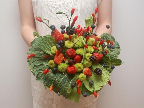 Bouquet-sposa-particolari-e-alternativi-per-la-sposa-originale-bouquet-frutta-e-verdura