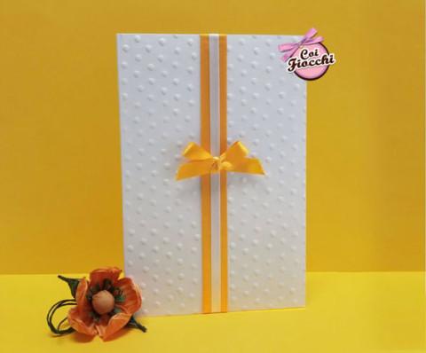 partecipazione di matrimonio elegante con pois impressi sulla carta e doppio nastro centrale giallo e bianco con fiocco
