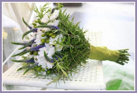 Bouquet-sposa-particolari-e-alternativi-per-la-sposa-originale-bouquet-erbe-e-fiori-di-campo