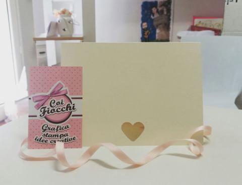 partecipazione di matrimonio avorio con cuore fustellato-coi fiocchi