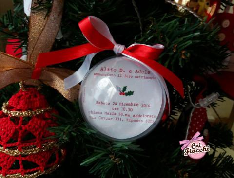 partecipazioni di nozze natalizie per chi si sposa a Dicembre a forma di palla-di-natale-sfera