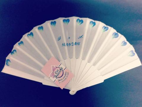 ventaglio nozze per gli ospiti bianco in plastica personalizzato con petali dipinti a mano