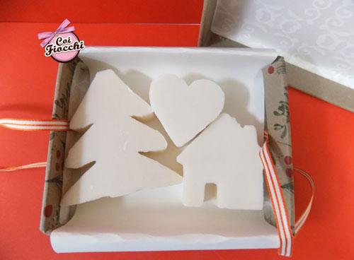interno scatola saponi vegetali a tema natalizio, le saponette sono a forma di abete cuore e casetta