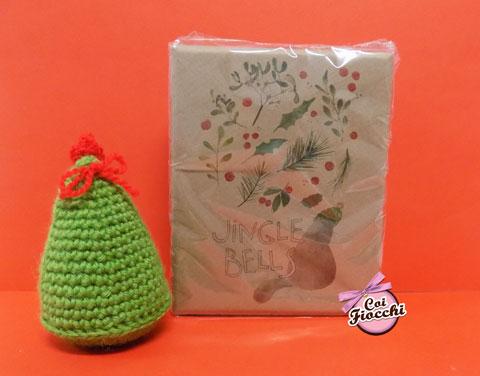 scatola di saponette artigianali con illustrazione natalizia con gatto e agrifoglio.