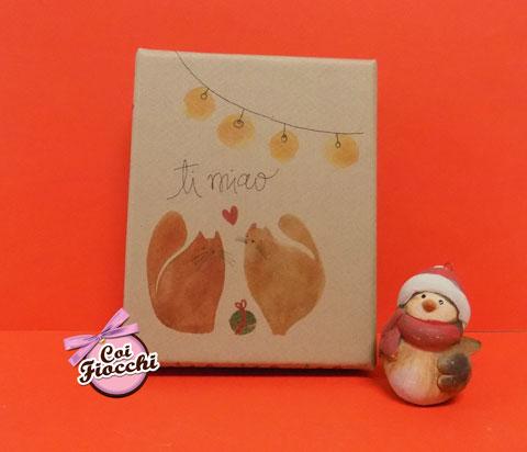 scatola di saponi vegetali illustrata con gatti che si scambiano i regali di Natale