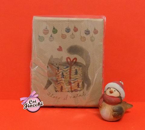 scatola saponi vegetali con illustrazione natalizia che rappresenta un gatto alle prese con un pacco dono