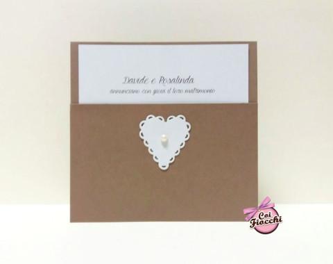 partecipazione di nozze shabby-chic a tasca in carta-kraft con-cuore applicato e perlina centrale