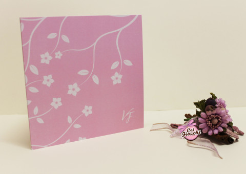 partecipazione matrimonio moderna con fiori di pesco stilizzati e sfondo rosa in stile boho chic