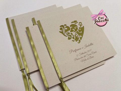 libretto messa nozze in carta naturale con cuore intagliato e raso verde