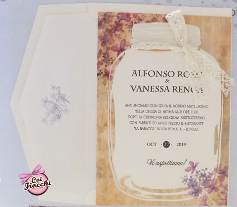 partecipazioni-di-nozze-shabby-chic con barattolo e texture a fiori vintage e fiocchetto di pizzo