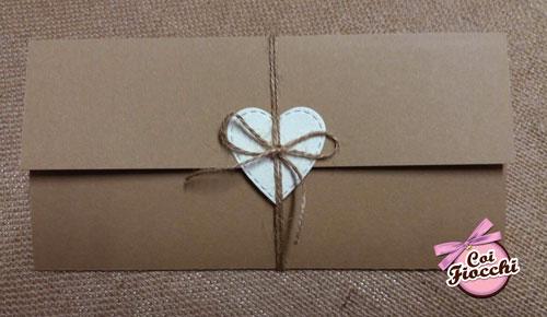 Partecipazione nozze rustica in carta kraft ad ante con tag a forma di cuore centrale.