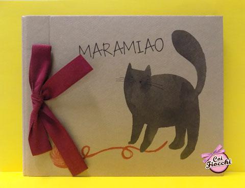album-fotografico in carta kraft con gatto nero illustrato e fiocco bordeaux e testo maramiao