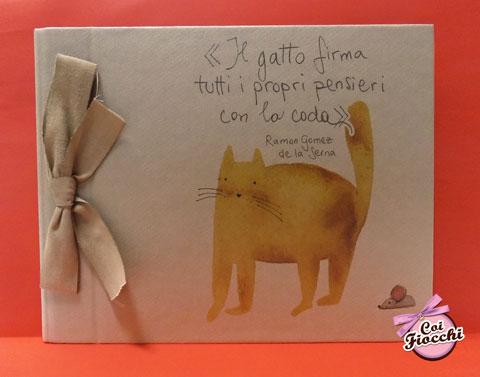 album-fotografico per guest book nozze in carta kraft e fiocco ecru illustrato con micio rosso e citazione il gatto firma tutti i propri pensieri con la coda