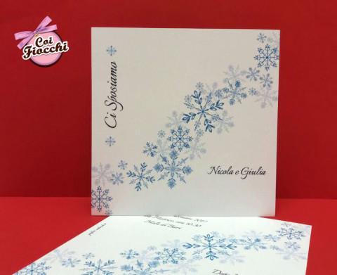 partecipazioni di nozze natalizie per chi si sposa a Dicembre-cristalli di neve azzurri