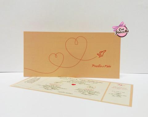 partecipazioni-di-matrimonio-a-tema-viaggio in formato biglietto aereo con aeroplano che forma un cuore con la scia