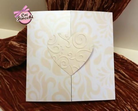 partecipazioni-di-matrimonio-in-carta-perlata-cuore-embossing-coi-fiocchi