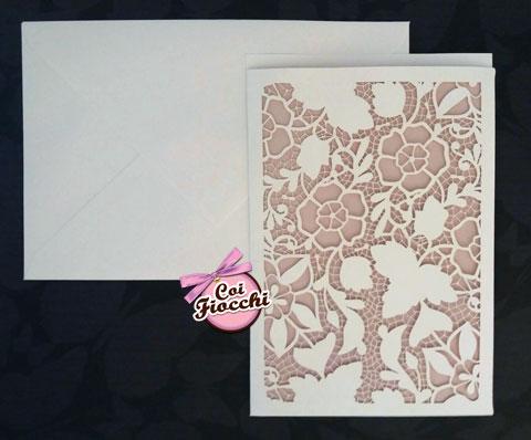 partecipazione-matrimonio laser cut con intaglio floreale effetto pizzo su carta rosa pesco